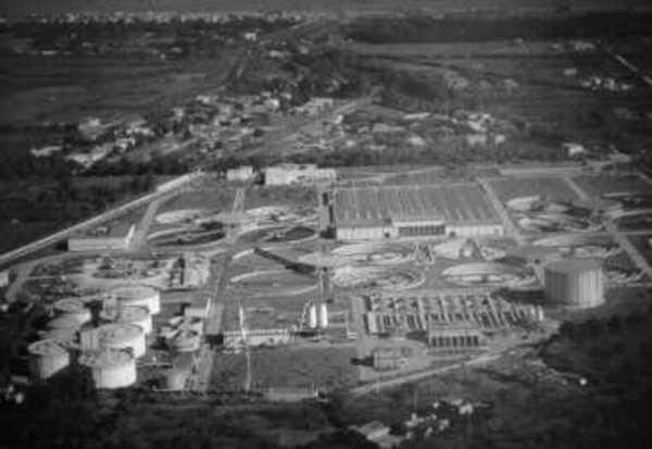 Vista aerea di un impianto di depurazione italiano. In primo piano, sulla sinistra, i pretrattamenti e, sulla destra, la fase di stabilizzazione e trattamento dei fanghi; sullo sfondo i trattamenti biologici.